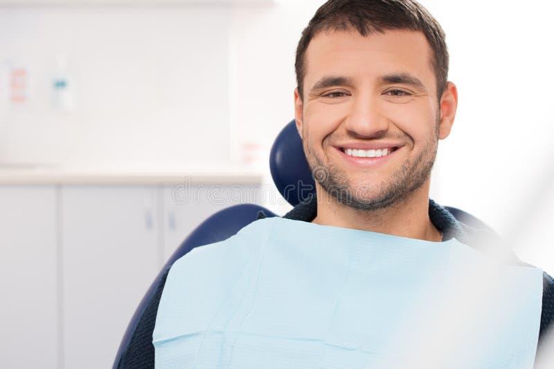 Mens bij de chirurgie van de tandarts stock afbeelding
