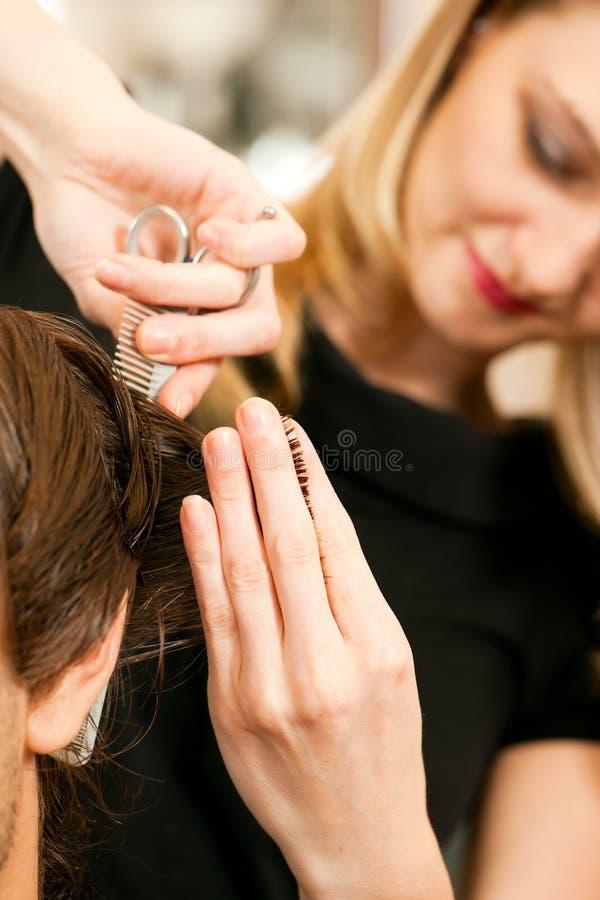 Mens bij de kapper stock afbeeldingen