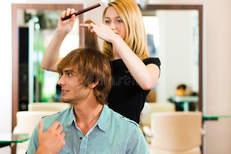 Mens bij de kapper stock afbeelding
