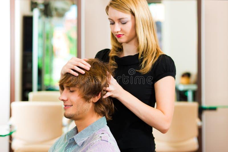 Mens bij de kapper stock foto's