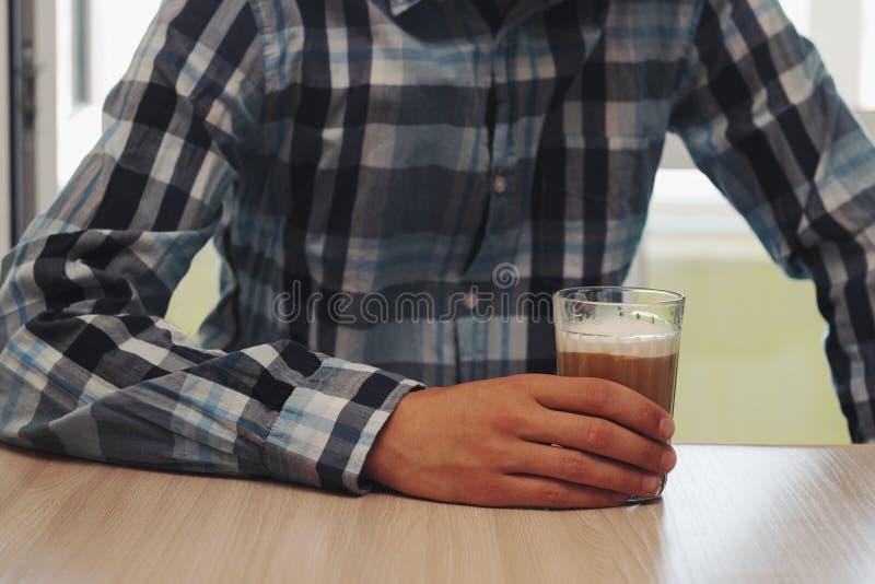 Mens bij de koffiewinkel stock afbeeldingen