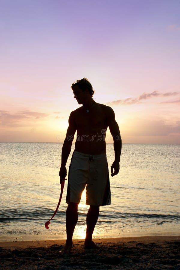Mens bij het strand stock foto