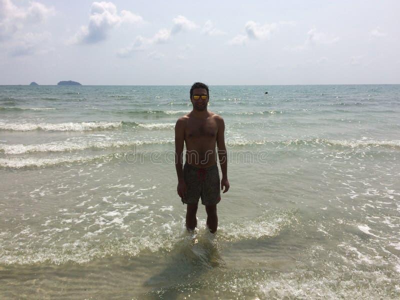 Mens bij het strand royalty-vrije stock afbeeldingen