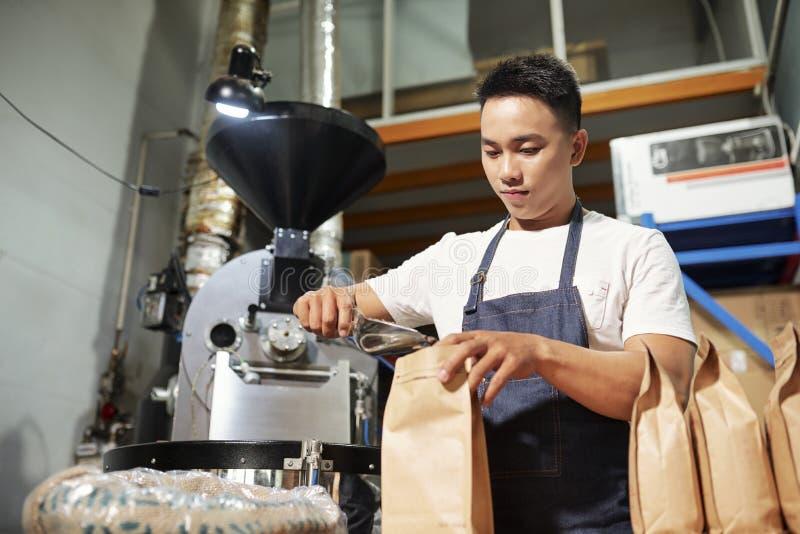 Mens bij koffiefabriek royalty-vrije stock foto's