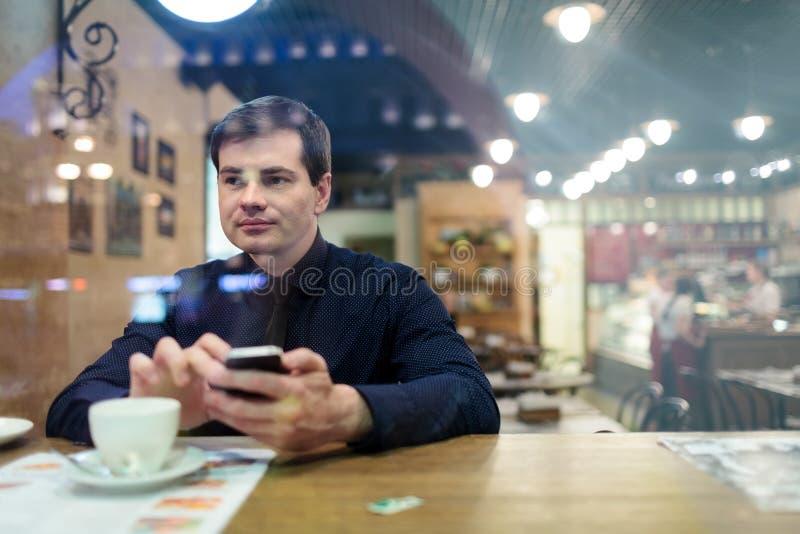 Mens bij lijst het texting royalty-vrije stock fotografie