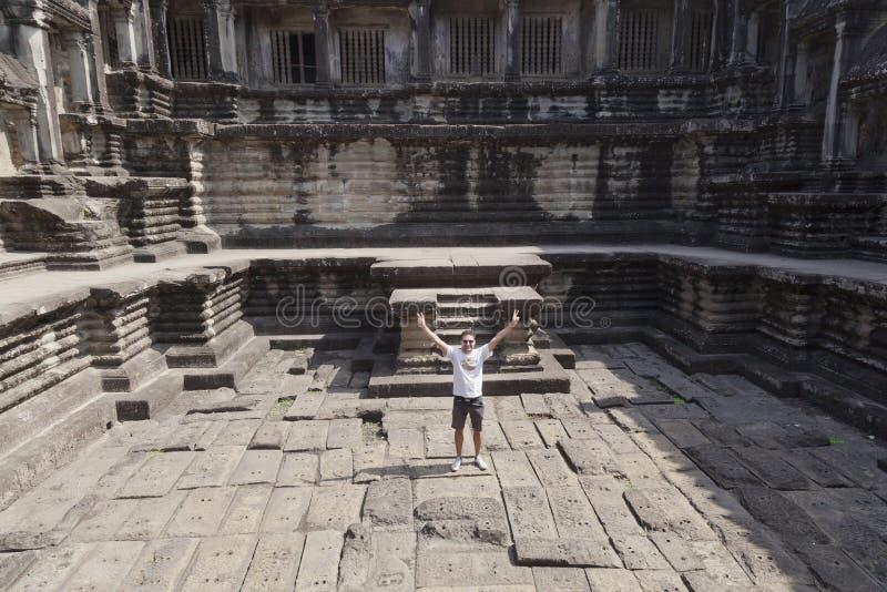 Mens bij ruïnes van Angkor Wat stock afbeelding