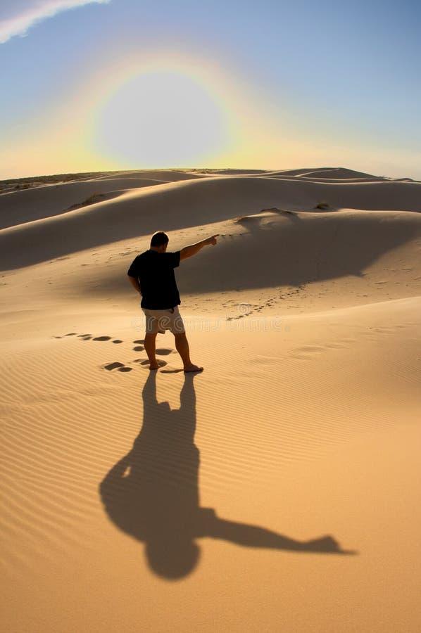 Mens bij vrede in de woestijn stock foto's