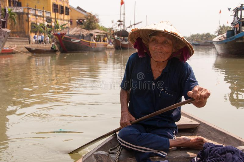 Mens in Boot in Hoi An, Vietnam stock foto's