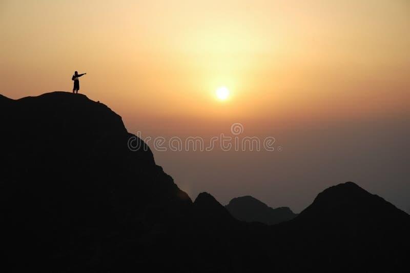 Mens bovenop de berg royalty-vrije stock afbeelding