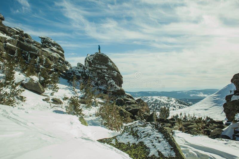 Mens bovenop het berg mooie landschap stock afbeelding