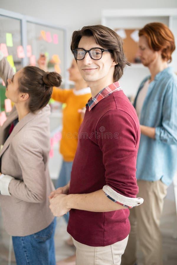 Mens in bureaumilieu stock afbeelding