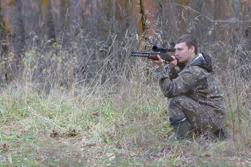 Download Mens In Camouflage En Met Kanonnen In Een Bosriem Op De Lente Hun Stock Afbeelding - Afbeelding bestaande uit mens, hunting: 107707027