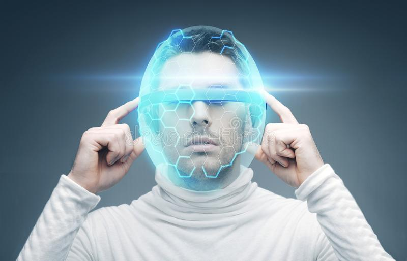 Mens in 3d glazen en virtuele helm royalty-vrije stock foto's