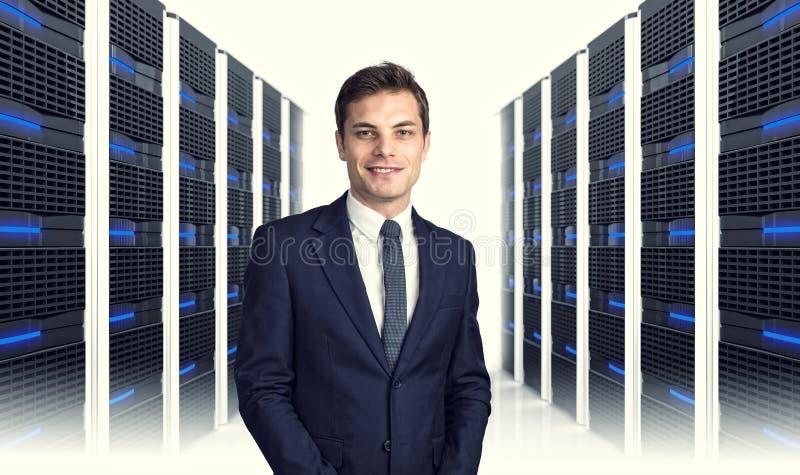 Mens in datacenter stock foto