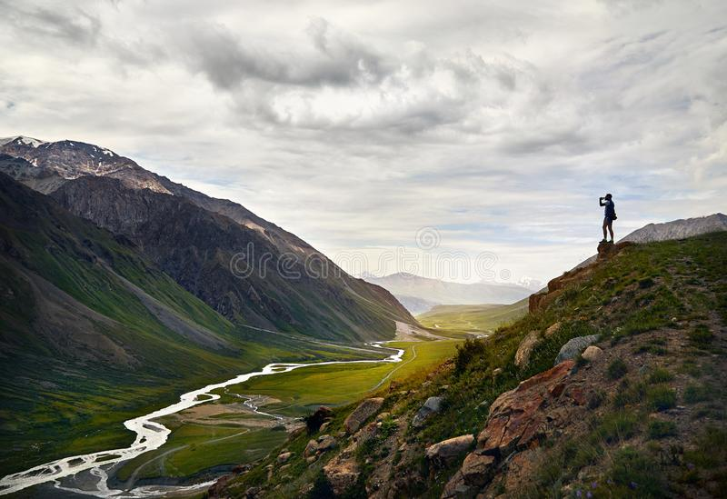 Mens in de berg stock foto
