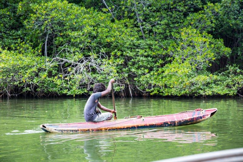 Mens in de boot, tropische wildernis, Ceylon royalty-vrije stock foto's