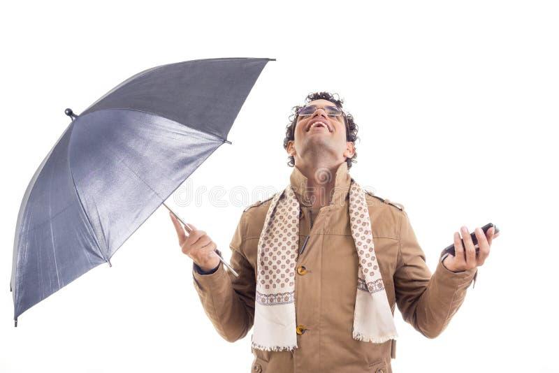 Mens in de laag met een paraplu in studio royalty-vrije stock afbeelding