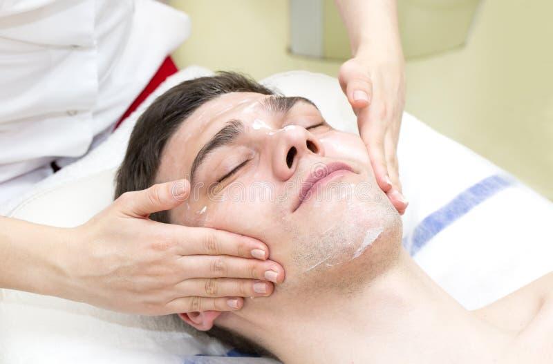 Mens in de masker kosmetische procedure stock foto's