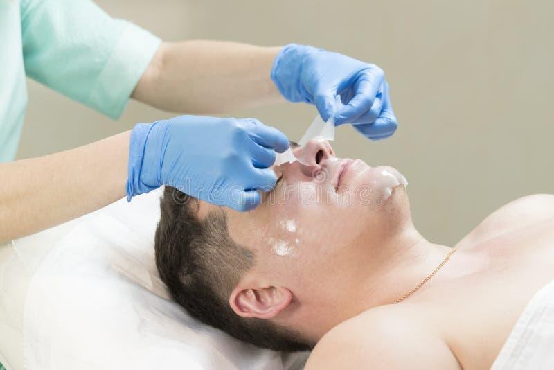 Mens in de masker kosmetische procedure royalty-vrije stock foto's
