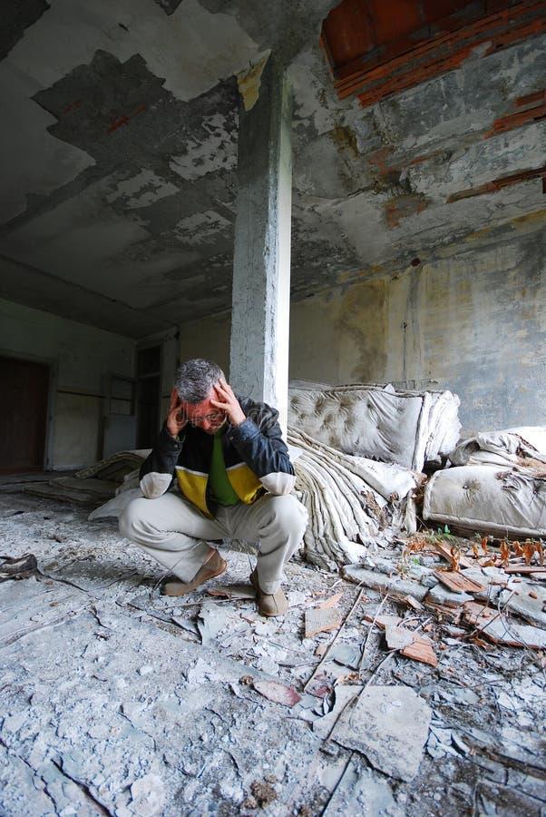 Mens in de oude verlaten bouw stock fotografie