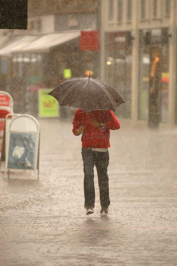 Mens in de regen stock fotografie