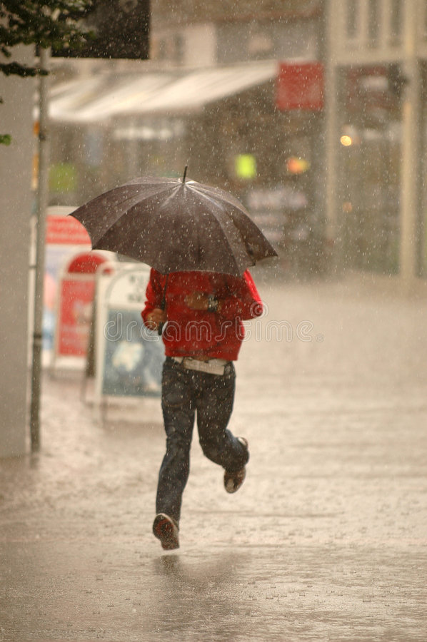 Mens in de regen