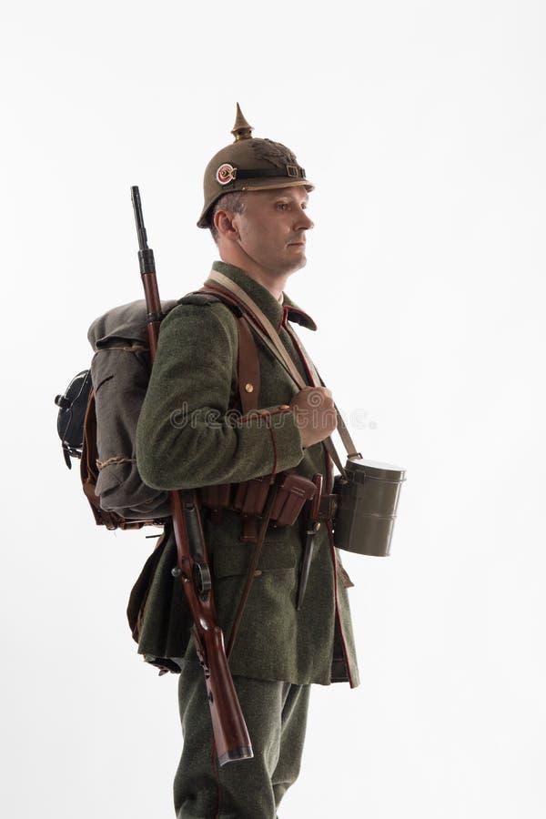 Mens in de vorm van een Duitse infanterist van The Times van de Eerste Wereldoorlog royalty-vrije stock foto's