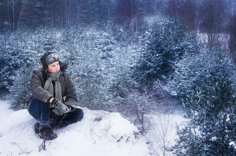 Mens in de winter stock foto