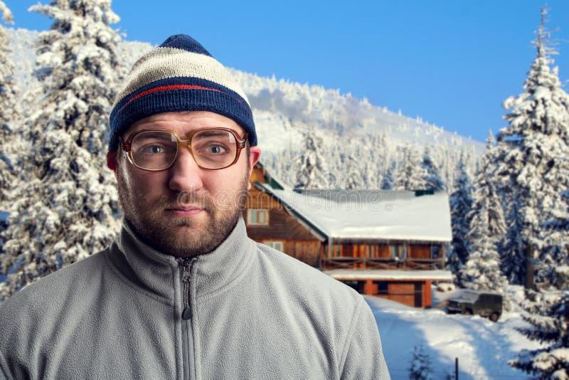 Mens in de winterbergen stock afbeelding