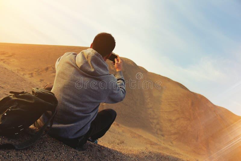 Mens in de woestijn royalty-vrije stock foto's