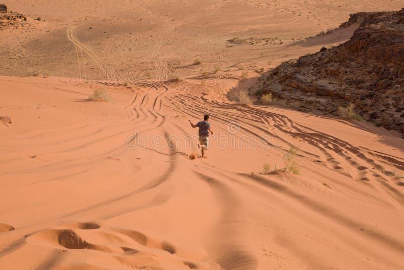 Mens in de woestijn - Jordanië stock fotografie