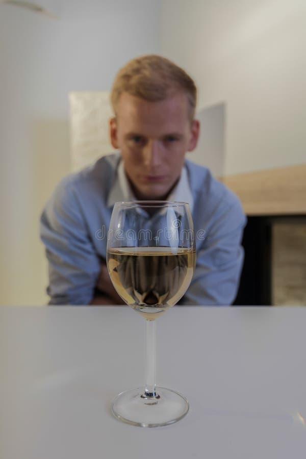Mens die aan alcoholisch probleem lijden stock afbeeldingen