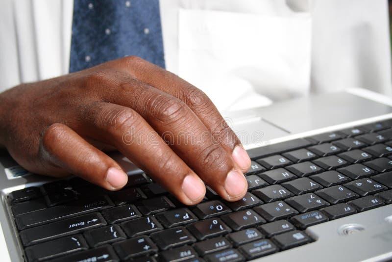 Mens die aan computer werkt royalty-vrije stock afbeelding