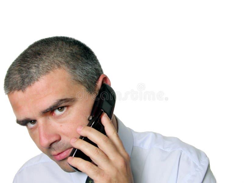 Mens die aan de telefoon spreekt stock foto's