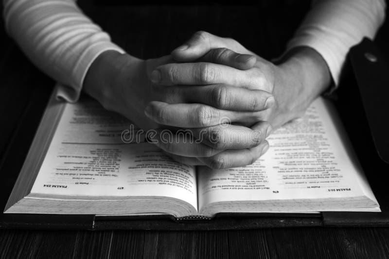 Mens die aan God met Zijn Bijbel, Gebed met het Lezen van de Bijbel bidden royalty-vrije stock foto