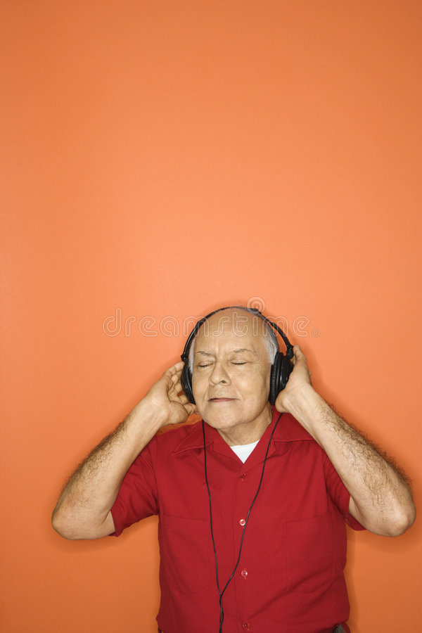 Mens die aan hoofdtelefoons luistert. royalty-vrije stock foto's