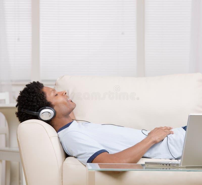 Mens die aan hoofdtelefoons luistert royalty-vrije stock foto