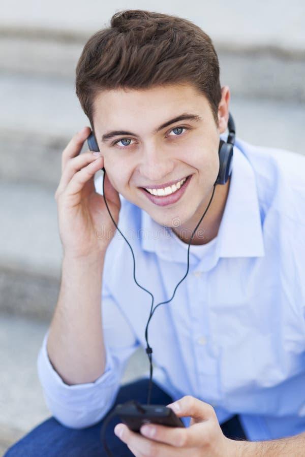 Mens die aan muziek luisteren royalty-vrije stock afbeelding