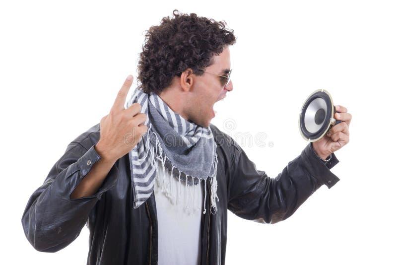 Mens die aan spreker schreeuwen stock foto's