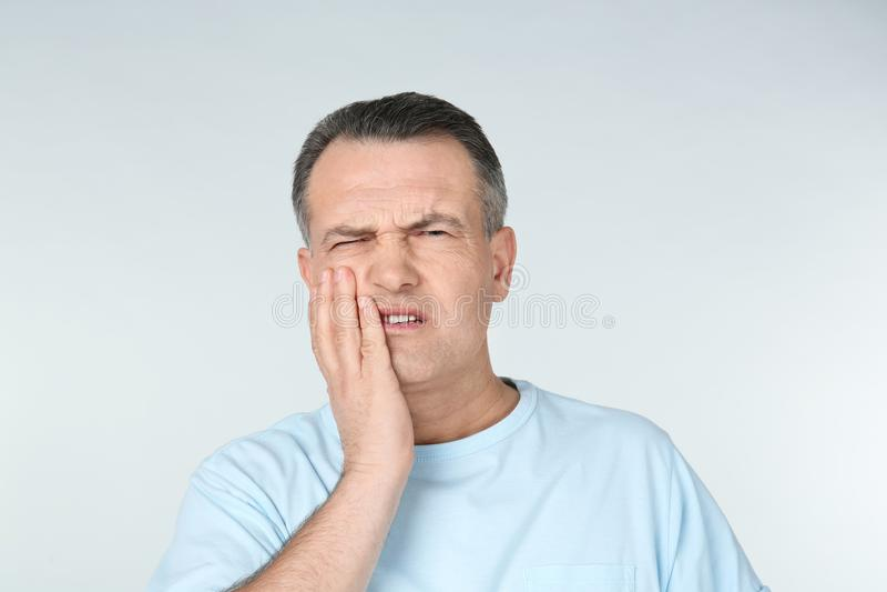 Mens die aan tandpijn lijden royalty-vrije stock afbeelding