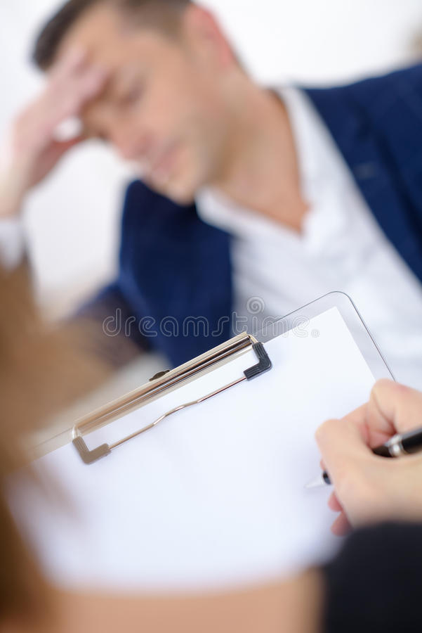 Mens die aan therapeut spreken royalty-vrije stock afbeelding