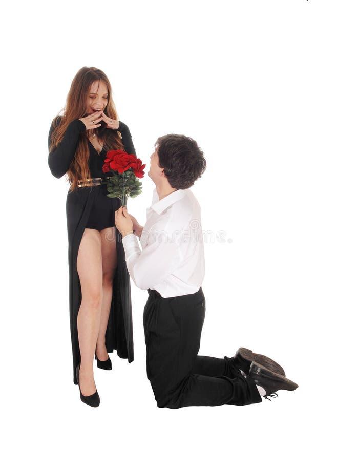 Mens die aan zijn meisje op zijn knieën voorstellen royalty-vrije stock foto's