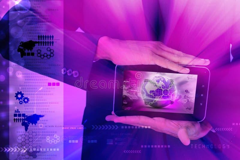 Mens die Aardebol dicht in ketting in tabletcomputer tonen stock foto