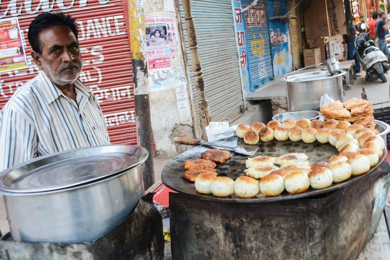 Mens die Aloo Tikki verkopen stock foto's