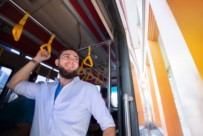 Mens die als passagier van een bus reizen stock foto