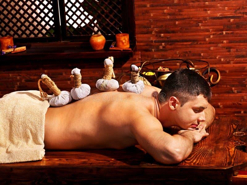 Mens die Ayurvedic spa behandeling hebben. stock afbeeldingen