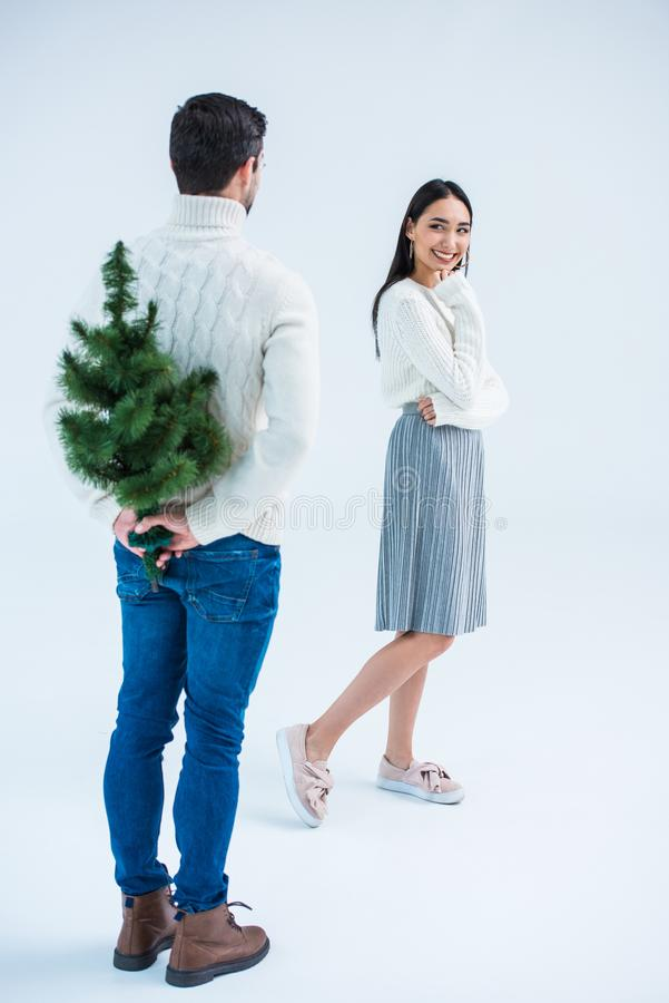 mens die Aziatisch meisje met Kerstmisboom verrassen royalty-vrije stock foto