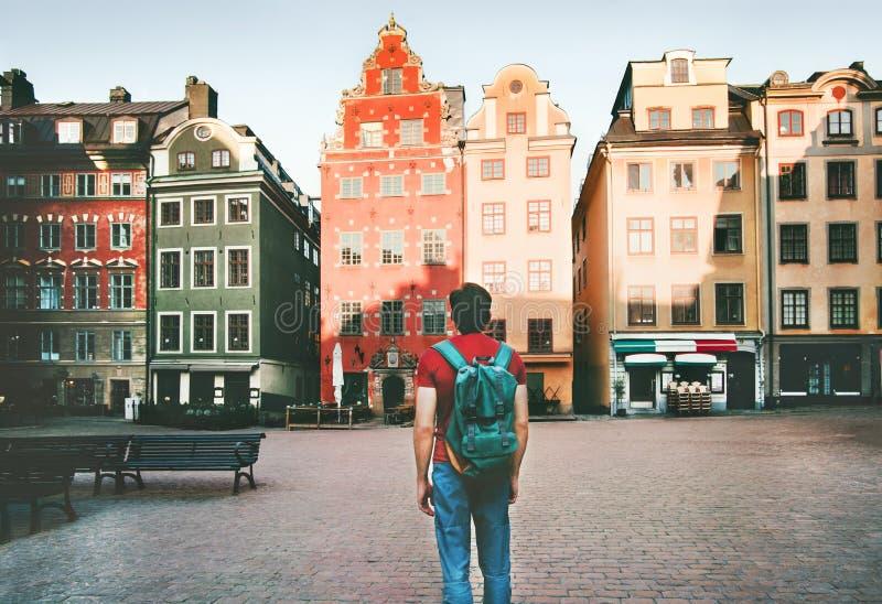 Mens die backpacker in de stadsreis van Stockholm lopen stock foto's