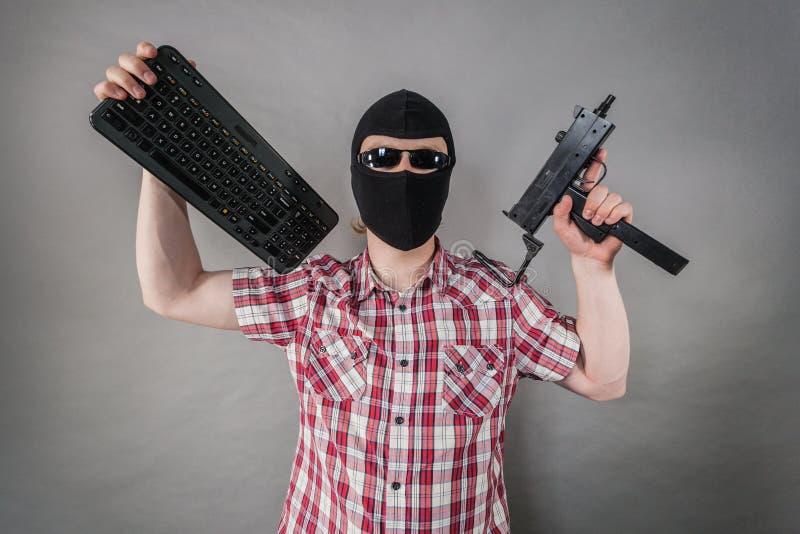 Mens die balaclava dragen die van kanon schieten stock fotografie