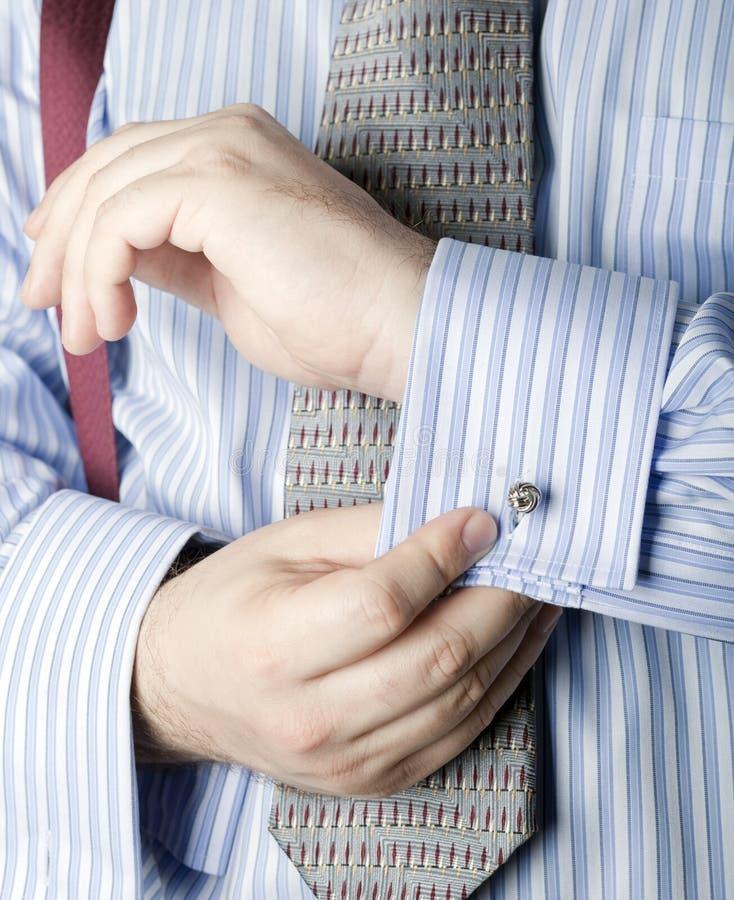 Mens die bandklem vastmaakt aan stropdas stock fotografie